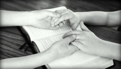 holding-hands-752878_640